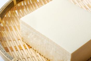 まずは、木綿豆腐に重しをかけたり、キッチンペーパーに包んでレンジ加熱するなどして水切りをします。