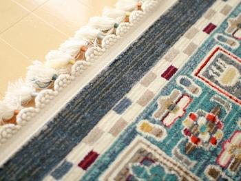 フリンジに施されているのは、ラグの配色にあった色とりどりの糸。細部まで美しく心が弾みます。