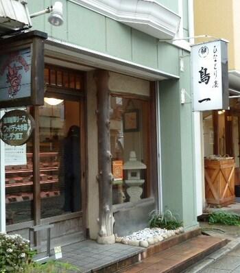 鎌倉駅西口から御成町商店街を歩いて4分程にあるのが、「ひなとり処 鳥一」。 1948(昭和23)年の創業から70年以上にもわたって、地元鎌倉の人々に味良く、品質の良い鶏肉を販売する鶏肉専門店です。ブランド肉にこだわらず、美味しい鶏肉を追求する姿勢は今も健在です。  【老舗らしい佇まいの御成通りの「鳥一」】
