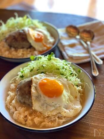 ハワイでは、民族の垣根を超えて愛されるご飯料理のロコモコや麺料理のサイミンをはじめ、癖がなく食べやすいマグロやスパム(豚)を使ったものなど、とても幅広い料理が親しまれています。  そんなハワイの食文化はとにかく多国籍なのが特徴!アメリカ、日本、ポルトガル、中国をはじめとするさまざまな移民の食文化から影響を受けて、現在のローカルフードが形成されています。