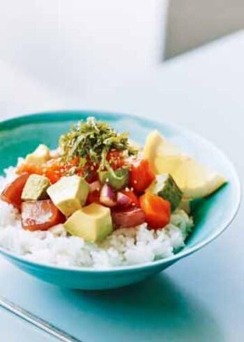 「ポキ」とはハワイ語で、「魚を小さく切る」という意味。その名の由来の通りマグロを角切りにしてタレに漬け込めば、簡単ポキ丼の完成です。醤油、みりん、ごま油などの日本の家庭にある常備調味料で気軽に作れます。