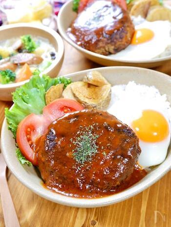 ハワイのロコモコ丼は、ハンバーグから出た肉汁で作る「グレイビーソース」が美味しさの決め手。ケチャップやソースと合わせてふつふつと温め、たっぷりハンバーグにかけていただきましょう。トマトやレタスなどの付け合わせで華やかに彩れば、おしゃれなカフェ風メニューに。
