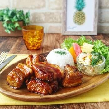 たっぷりのパイナップルジュースにお肉を漬け込むことで、柔らかくこってりとした味に仕上がるハワイアンポーク。日本人好みの甘辛い味つけで、ご飯はもちろんパイ包みにしても美味しくいただけます。