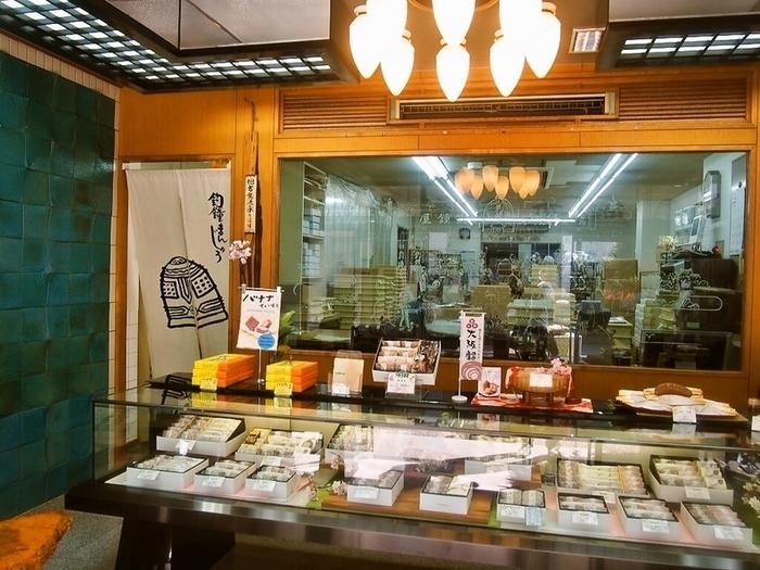 本店は、大阪メトロ「恵美須町駅」から徒歩5分のところに位置しています。入店すると釣鐘の鐘の音が鳴り響き、昔をしのばせる雰囲気に。本店以外では、阪神百貨店梅田本店やあべのハルカス近鉄本店でも販売しているので、都合のよいお店を見つけて購入することも可能です。大阪とともに歩んできた、歴史を感じられるお菓子である「釣鐘まんじゅう」。ぜひ、おまんじゅうに詰まった歴史の味も楽しんでみてください。