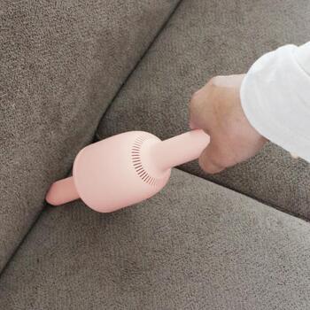 ノズルを付ければ、狭い場所をお掃除するのに便利です。ソファの隙間や引き出しの隅など、ちょっと気になる隙間のごみを吸い取ってくれます。