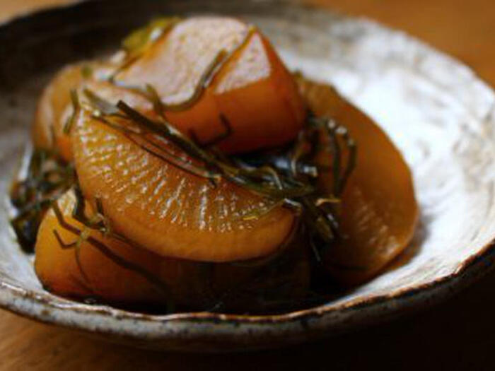 大根と切り昆布だけで作るシンプルな煮物。鍋に材料を入れて煮込むだけなので、その間に他のおかずも作れて時短にもなります。しかも仕上がりは甘辛の味がおいしい味わい深い煮物に。煮汁が少なるくなるまで煮たあと、少しおくことで味がよりなじむので、少し早めに作っておくと良いかも。