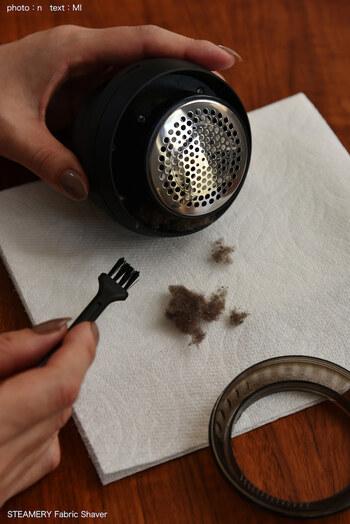 絡まった毛玉を取り除くのは、専用のブラシを使います。毛玉を取り除く際には、安全装置が働いて自動で電源がオフになってくれて安心です。