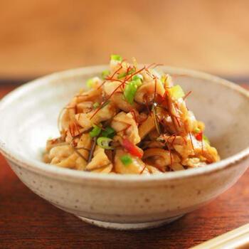 ご飯にもお酒にも合うピリ辛味の鶏皮。鶏皮も、鶏胸肉を料理に使うときに剥がした鶏皮を冷凍保存しておけば、思い立ったらすぐにおいしいおつまみを作ることができるエコなおつまみレシピです。