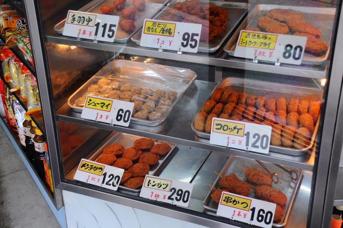 牛肉店と店名にありますが、ハムやベーコン等の加工品、豚肉も含めた一般的な精肉店です。手羽中や自家製焼豚、餃子やシューマイ、豚カツメンチカツ等など、お肉屋さんならではの手作りの惣菜も並んでいます。