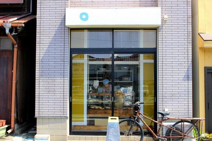 鎌倉駅から徒歩7,8分程、先に紹介した「北村牛肉店」から、材木座海岸方向に歩いて3分程の住宅街にある「べつばらドーナツ」は、鎌倉で今人気のドーナツの専門店です。 【住宅街に建つ「べつばらドーナツ」小ぢんまりとした店舗なので、見逃し注意。】