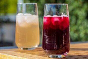 「アルコールを発生させない製法があるなら、ぶどうジュースと同じでは?」と思う人も多いはず。でも、果汁を絞っただけのジュースに対し、ノンアルワインは本物に近い風味を出す工程を経て完成しています。そのため、出来上がりの味も全く違うものになるんです。