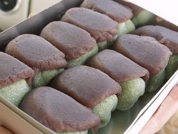 """""""鎌倉土産""""として名高く、また餅で出来ているため賞味期限はその日のうちですが、気軽に買い求めたい逸品です。【画像は、3月から5月頃まで販売される草餅の『権五郎力餅』】"""