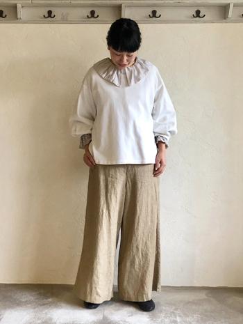 まずはいつもの慣れたベージュやホワイトコーデで取り入れてみてください。襟元の印象をチェンジするだけで今年らしくなります。パンツスタイルであっても、どことなくガーリーに。