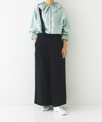 ミントカラーは前述した流行色ブルーの延長線上でおすすめ。寒色系のため、甘いファッションが苦手な方向けのシャーベットカラーです。黒や白で引き締めるときちんと感が出て、体を膨張させません。