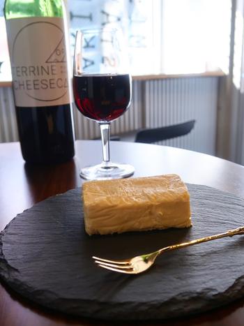 クリームチーズの口どけが存分に楽しめるように、粉類を使わずに絶妙な火加減と低温でじっくり焼き上げています。ねっとりと濃厚な口当たりとキャラメリゼのパリパリとした香ばしい甘さが絶妙です。  さらに、糖質は通常のチーズケーキの半分でグルテンフリーといううれしいおまけつき。  創作ワインキットはWEBから申し込むことができるので、テイクアウトしたチーズテリーヌと一緒に楽しんでも良いですね。