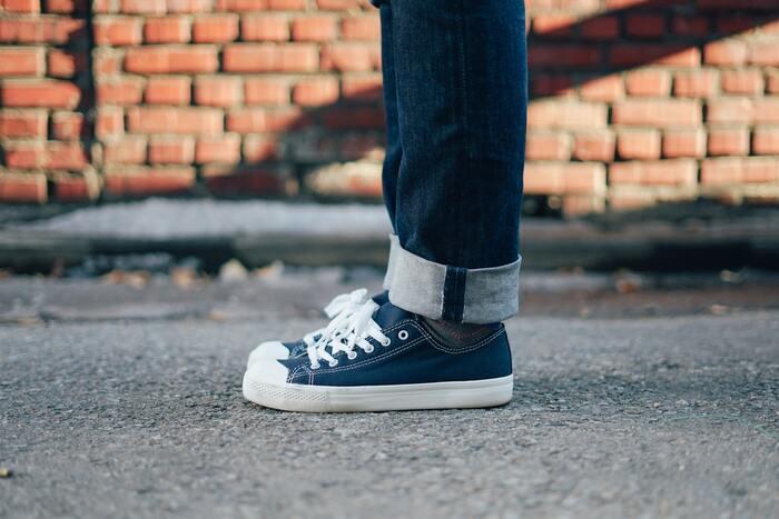 よくある失敗例のひとつが、始める前から高価なウェアやスニーカーを購入してしまい、買っただけで満足してしまい結局長続きしないというもの。いわゆる「カタチから入る」タイプの人が陥りやすいケースですよね。なにも高価なウェアをわざわざ購入する必要はありません。手持ちの動きやすい服と、履きなれた歩きやすい靴があればそれで充分です。日常の延長としてのウォーキングをおすすめしているので、気負わない日常着でOKです。