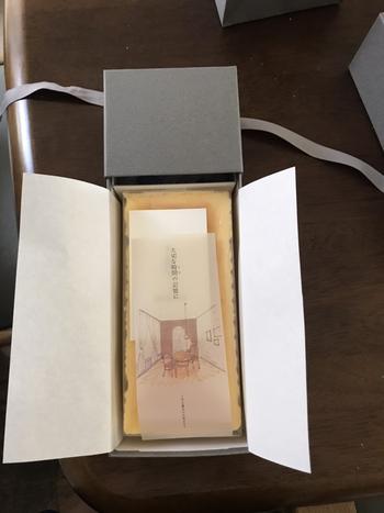 """世界中のチーズを50種類以上を取り寄せ、2年間かけて試行錯誤の末に誕生しました。箱に添えられた""""大切な時間(とき)の記憶に""""という言葉には、普通の日が特別な日になれば…という林さんの想いがこめられています。"""