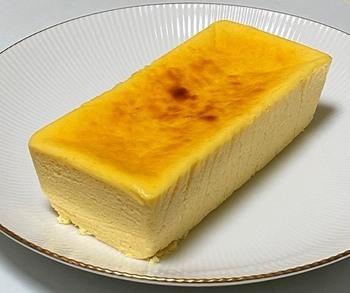 取り出してみると、まるでチーズそのもののような色合い。材料全体のおよそ約60%にチーズを使っていて、特有の塩味や酸味がしっかりと感じられます。半解凍でいただけば、中はひんやり、完全に解凍するとねっとりと溶けるような食感を味わえますよ。