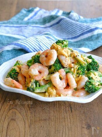 えびとブロッコリーにふわふわ卵がよく合うサラダ。味付けはマヨネーズとマスタード、オイスターソースを使います。えびとブロッコリーは1つの鍋で茹でるので、洗い物を減らせるのが嬉しい。
