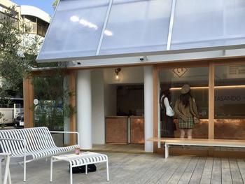 北参道駅から歩いて3分ほどの住宅街にある「KITASANDO COFFEE」は、白と木を基調にした温もりを感じるカフェです。