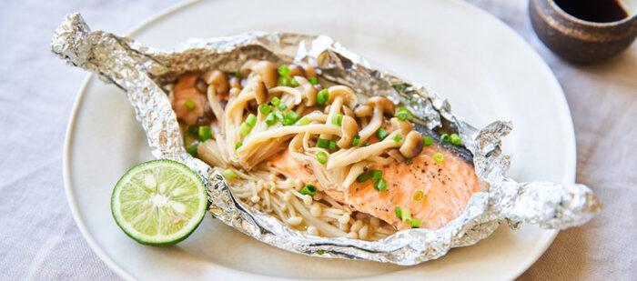 鮭ときのこは相性抜群!ホイルに包んだら、フライパンで蒸し焼きにしますが、ホイルの口が開かない様にしっかりと包み込んでくださいね。