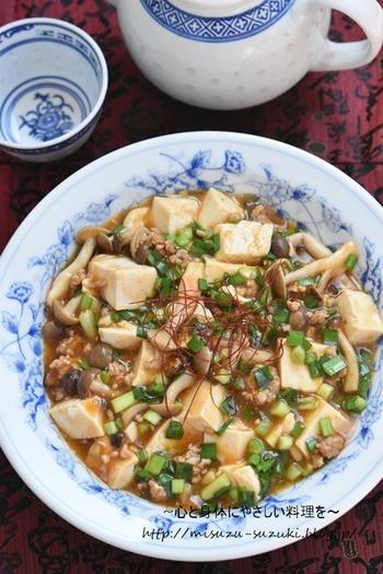 しめじの旨味が詰まった麻婆豆腐。辛くないので、お子様がいらっしゃるご家庭でもみんなで食べられます。辛いの好きな方は、お皿の上でラー油をプラスしても◎。