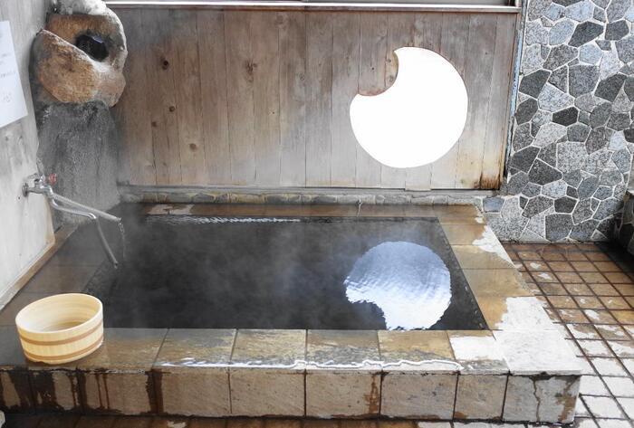 旅館大沼の源泉は、全国的にもめずらしい重曹成分が特出している純重曹泉の自家源泉と、東鳴子温泉の数軒で使われている含食塩・芒硝重曹泉の共同源泉の、2本の重曹泉(ナトリウム炭酸水素塩泉)からなっています。火傷や切り傷にも効きやすく、とろりとした肌触りのお湯は、体の芯から温めてくれますよ。