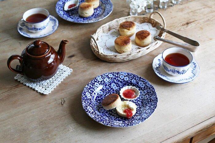 陶器の質感も美しく工程はすべて手作業のため、一つ一つ手作りならではの表情の違いが出て、より愛着がわきます。こちら直径約21.5cmのプレートは、ケーキやフルーツ、サラダなど様々な料理に使えて便利。 深みのあるブルーの花柄が料理の色を引き立て、より一層美味しそうにテーブルを彩ってくれます。