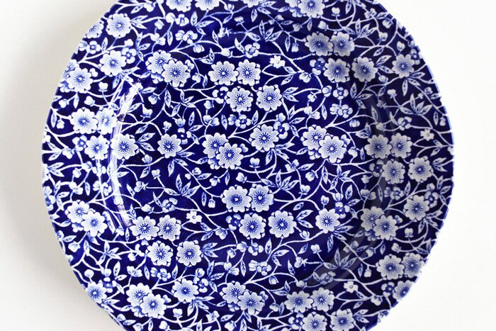 こちらはバーレイ社の代表的なキャリコシリーズの中でも人気のある「ブルーキャリコ」。シックで可憐な花柄は、氷の上に落ちたプルナス(Prunus)というバラ科サクラ属の花をイメージしているそう。柄の繊細さだけでなく、細部まで丁寧に作られており、リムのラインも花のような緩やかなフォルムで可憐で上品な雰囲気が素敵。