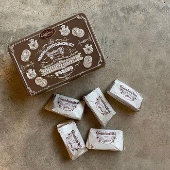 ジャンドゥーヤを作り世に出したのが、イタリアの人気菓子メーカー「カファレル」。こちらはそのカファレル社から販売されているジャンドゥーヤチョコレートです。たくさんの種類がある中でこちらはコーヒーに合うビター味。クラシックなパッケージにも注目です!