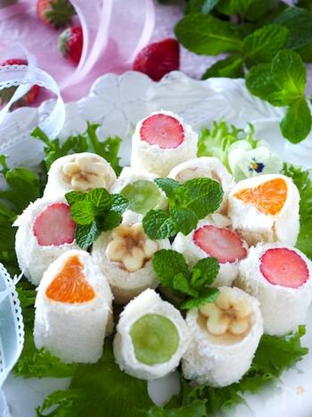 フルーツをくるくるしたフレッシュなサンドイッチ。ギリシャヨーグルトを使っているので、さっぱりしています。断面も美しく、お弁当に詰めるとお花畑のよう♪