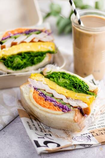 コンビニなどでも手軽に手に入るサラダチキンを使って、にぎやかなわんぱくサンドはいかが?紫キャベツや人参などカラフルな組み合わせで春らしくまとめましょう。