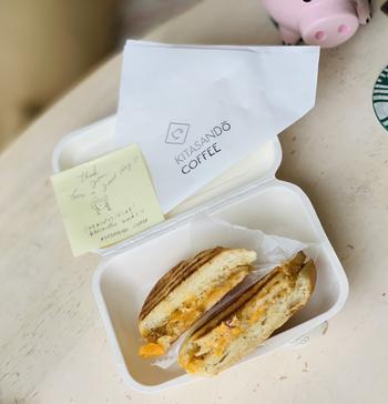 コーヒーに合うフードメニューも人気。こちらは、ツナマヨ×チーズの組み合わせが抜群のホットサンド。クッキーやスコーンなどのスイーツもあるので、小腹が空いたときや散策の途中で立ち寄ってみてください。