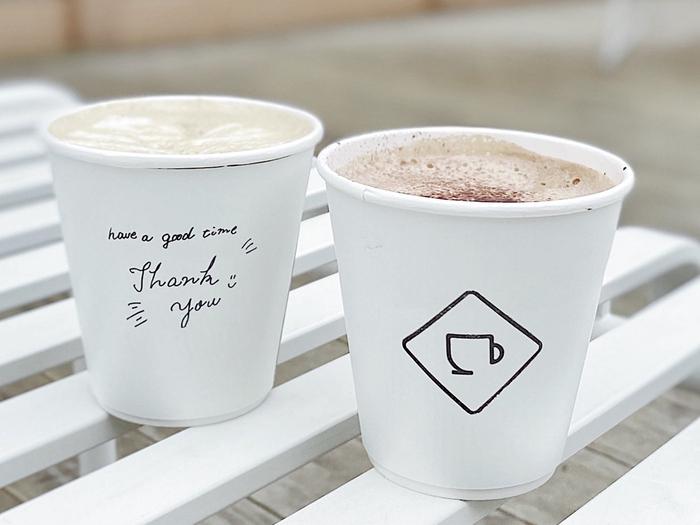 コーヒーはペーパードリップで抽出しています。オリジナルブレンドは、浅煎りでピーチのような爽やかさにカシスのような華やかさ、パイナップルのようなジューシーな酸味が特徴。ほかにも、オーツ麦から作られたプラントベースのミルクを使ったラテや、京都宇治の高級抹茶を贅沢に使用した甘い「抹茶ラテ」など、バラエティに富んだドリンクメニューがそろっています。