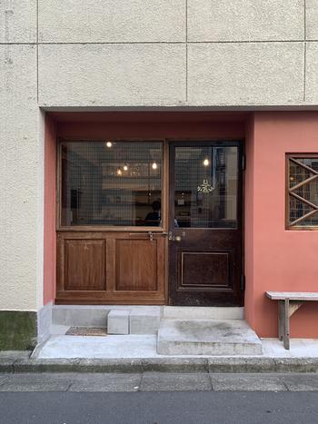 北参道駅からほど近い路地裏にある「tiglet」は、ダガヤサンドウで人気のビストロ「コンカ」のシェフが監修を務めるお店のひとつです。もともとはワインと和食を中心にしたお店でしたが、現在はお弁当とパンのテイクアウト専門店に業態を変えて営業しています。