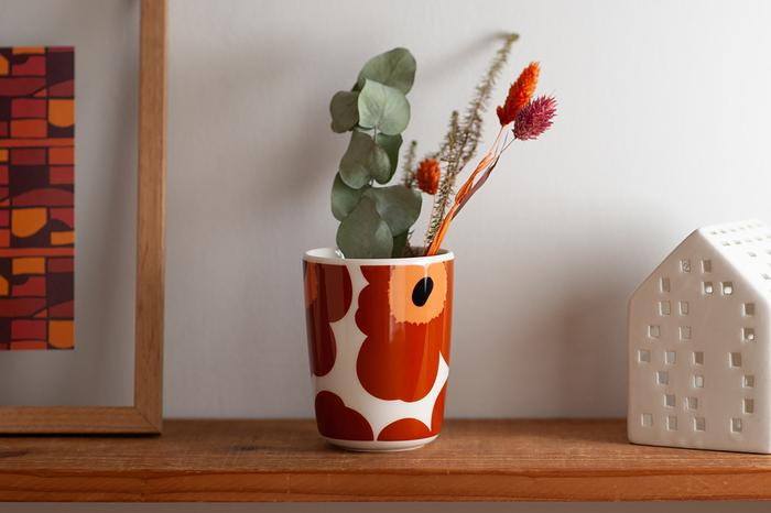 まるで湯呑みのようなフォルムが斬新な約φ6.5×H 8.5(cm)、容量:約170ml(8分目)のスッキリとしたトールサイズ。大胆なデザインながら和食器との相性も良いので和のティータイムに活躍したり、インテリアとしてお部屋に飾ったりしても絵になります。とくにウニッコのブラウン×ブラックのラテマグは、お部屋の鮮やかなアクセントに最適。