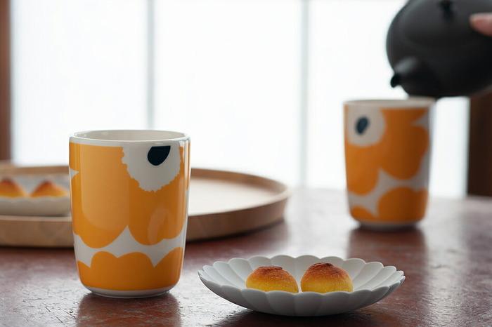 こちらは食卓を明るくしてくれるウニッコのイエロー×ダークブルー。北欧風のインテリアはもちろんのこと、個性的ながら主張しすぎないカラーとデザインは、和風のインテリアにもスッキリと馴染み、和菓子と日本茶のティータイムも現代風にシンプルでオシャレに演出してくれます。
