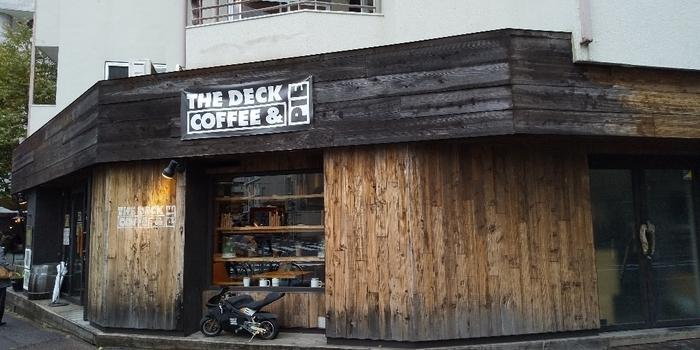 原宿駅と北参道駅、どちらからも7~8分の場所にある「THE DECK COFFEE & PIE」は、アンティーク調の外観が目印のお店。