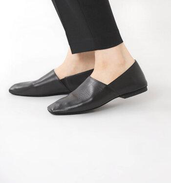 足元をすっきりと美しく見せるデザインで、カジュアルにもフォーマルにも合わせられるオールマイティな一足です。