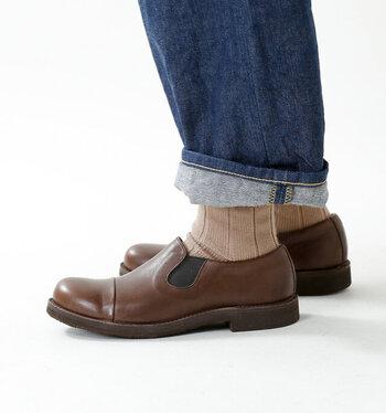 メンズライクなデザインとハードなレザーの質感がかっこいいスリッポンシューズ。丸みのあるつま先で履き心地も抜群。