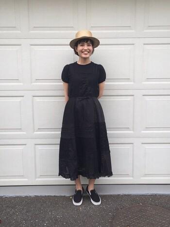 やや厚めのホワイトのソールで、ブラックのスリッポンでも軽快に履きこなせます。足馴染みも良く快適な履き心地なので、たくさん歩く日も安心ですね。
