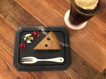スイーツも人気で、こちらの「加賀棒ほうじ茶と黒豆のチーズケーキ」は、石川県加賀の名産、棒茶の香ばしさとコクのあるチーズがベストマッチ。ハンドドリップのオリジナル深煎りコーヒーと一緒にいただけば、ほっと癒されますよ。