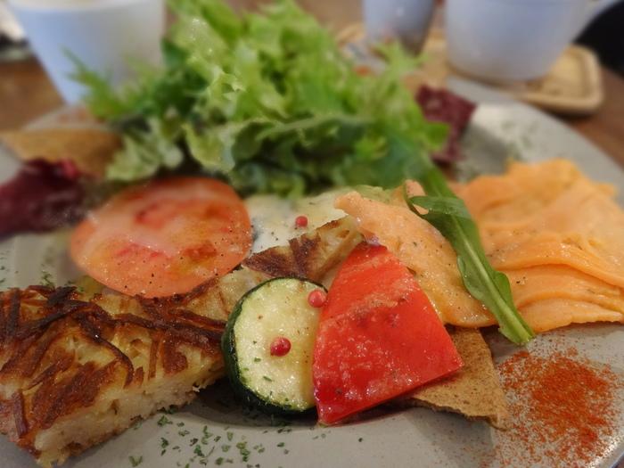ガレットをブリトースタイルで楽しめる「ガレトー」は、気軽なランチにぴったりのオリジナルメニューです。生地には福井県産の有機そば粉100%を使い、グルテンフリー。チリコンカルネやツナキャロットなど野菜たっぷりの4種類からセレクトできます。