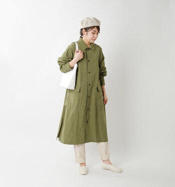 すっきりとした細身のフォルムなので、大人女性でも抵抗なく履けます。甲の三角ゴムのおかげで着脱しやすく、フィット感ある履き心地を実現。クセのないシンプルなデザインで、あらゆるコーデに馴染んでくれます。