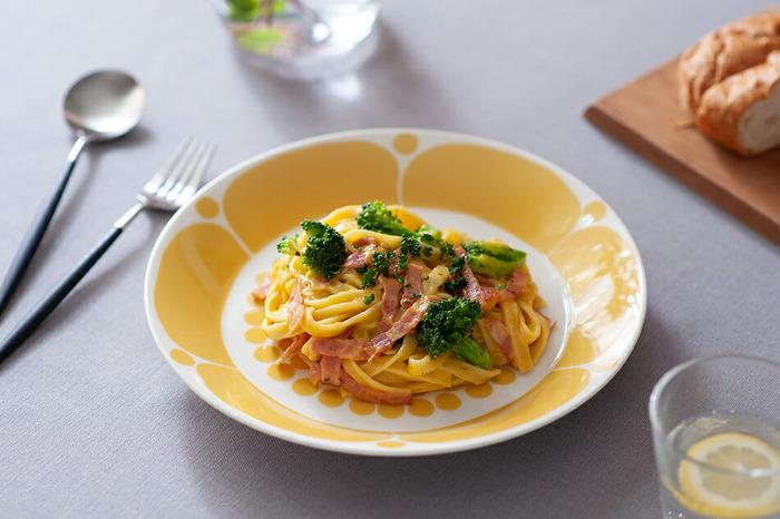 26cmは食卓の中央に出してみんなで取り分ける大皿料理や、メイン料理に。どのサイズも、プレートのフチが程よく立ち上がっているので、汁気のある料理やサラダなど盛り付けしやすい形状になっています。