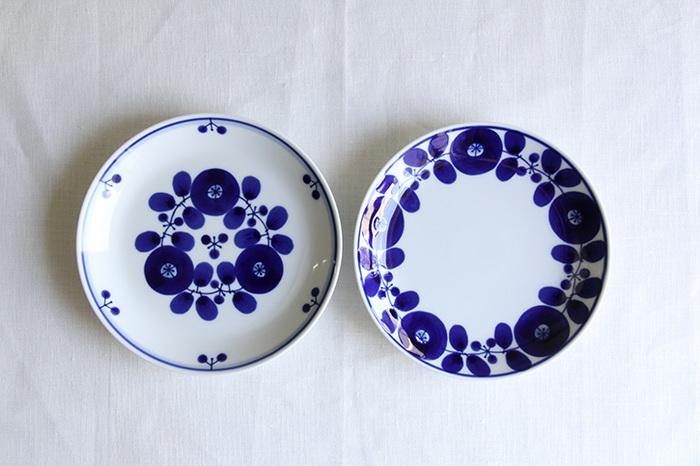 「波佐見焼」で有名な長崎県の波佐見町にある陶磁器ブランド「白山陶器」で人気の「ブルームシリーズ」の「リース(画像右)」と「ブーケ(画像左)」。高級感がありながら、どこか親しみやすい雰囲気は、現代の食卓やインテリアに馴染みやすく、お部屋の雰囲気を壊すことなく、テーブルを可憐に彩ってくれます。