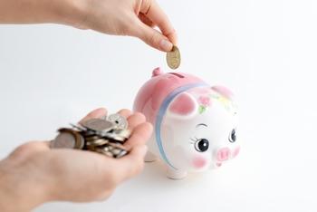"""つもり貯金はその名の通り、何かをしたつもりで貯金することです。たとえば、毎日コンビニでコーヒーを買っていたけれど、マイボトルを持参することにして節約。コーヒーを""""買ったつもり""""で貯金箱にその分を貯金、といった感じです。ランチを毎日外食していた人も、お弁当に変えて同じようにつもり貯金をすると、月1万円近く貯まるかもしれませんよ♪"""