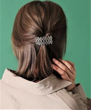 髪をねじって留めることで立体感が生まれます。あまり固くねじらないことで、ルーズ感を。