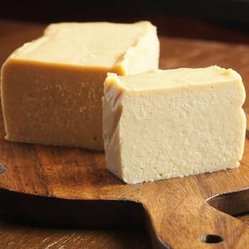 川越にある「トライシクルカフェ」では地産地消にこだわった豆腐スイーツを作っています。豆腐入りしっとりベイクドチーズケーキは、川越で有名な「仙波豆富」の豆腐や、川越の養鶏場で育てた卵などをベースに使用。 豆腐と卵、どちらも味と品質が高いことから、度々メディアでも紹介されるほど。