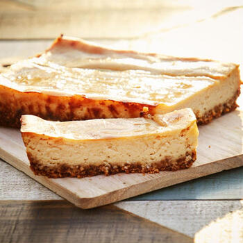 豆腐工房から始まり、現在は宿泊施設とオーガニックの生絞り豆腐を中心にした商品の販売を手がけている「SUNAO RETREAT 奥白浜」。ヴィーガンを堅苦しく考えず、おいしく食べてほしいという想いから誕生したのが、ヴィーガン豆腐チーズケーキです。